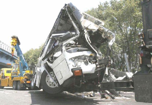30-04-2012 - Tokyo - Grave accident d'un autocar Japonais - il transportait des dizaines de vacanciers à Tokyo Disneyland et s'est écrasé, tuant sept passagers.