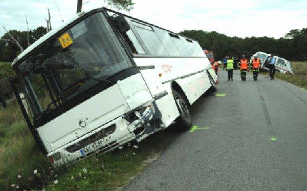 19-09-2012 - France - Un accident s'est produit, hier matin, entre un car scolaire et une voiture, à Locoal-Mendon. Tous les enfants sont sains et saufs. Seuls les conducteurs ont été blessés.