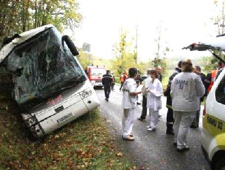 26-10-2012 - France - Villefranche d' Astarac - D129 - Accident de bus scolaire dans le Gers : frayeur pour 41 élèves - 22 lycéens blessés dans deux accidents de bus scolaires