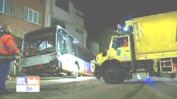 01-04-2012 - Belgique - Un accident spectaculaire impliquant un bus de la STIB