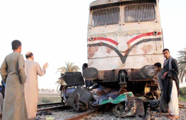 17-11-2012 - Egypte - Égypte - Drame 49 tués dont 47 enfants dans une collision entre leur bus et un train à un passage à niveau, le garde barrière dormait et n'a pu indiquer l'arrivée du train.