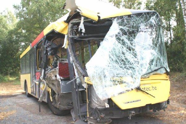 28-11-2012 - Belgique - DISON - Un chauffeur de bus perd le contrôle de son véhicule en fonçant dans l'école. pas de blessé