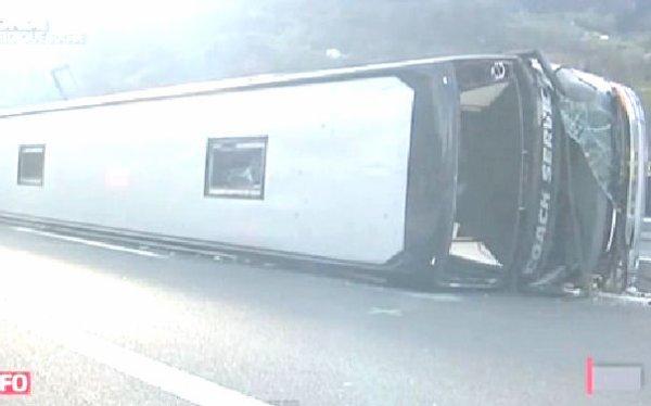 26-11-2012 - Suisse - Un Autocar Allemand se renverse sur l' autoroute A2 en Suisse, le chauffeur du car est décédé - il revenait avec le groupe Marcus Miller de Monaco et devait les conduire aux Pays-Bas.