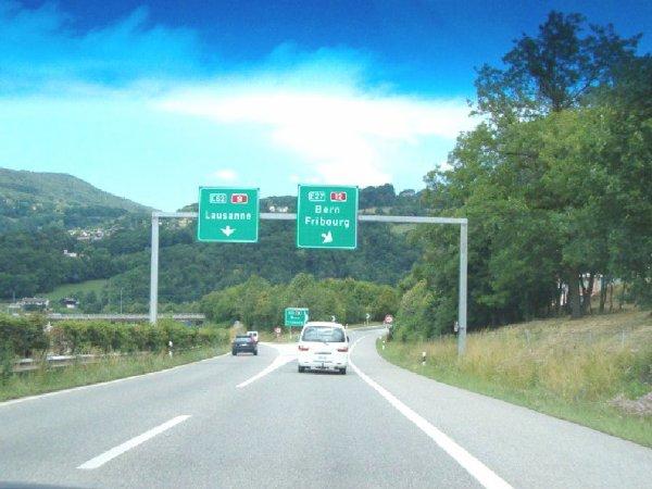 27-11-2012 - Suisse - CANTON DE FRIBOURG - Collision entre un car et une voiture près de Guin