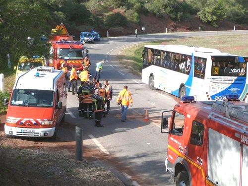 14-11-2012 - Le conducteur d'un véhicule léger a été grièvement blessé dans la collision avec un bus scolaire du réseau Varlib