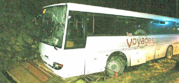 26-01-2009 - France - Jurques - Un terrible accident entre un bus scolaire de la compagnie de Transports de l'Odon de Saint Georges d'Aunay transportant 23 enfants et un ensemble routier a fait quinze blessés et un mort.