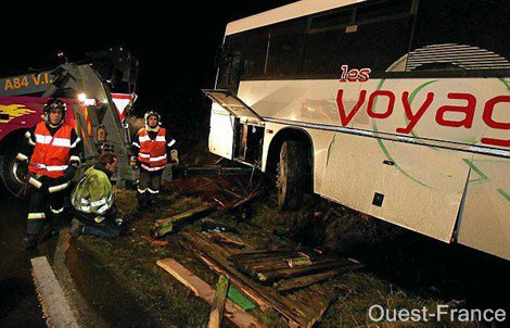 26-01-2009 - France - Jurques - Un terrible accident entre un bus scolaire de la compagnie de Transports de l'Odon de Saint Georges d'Aunay transportant 23 enfants et un ensemble routier a fait quinze blessés et un mort.