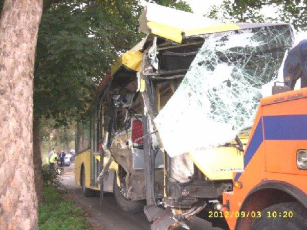 03-09-2012 - Antoing - Maubray - Accident sur la Grand-route d'Antoing à Maubray - Un bus des TEC se crashe au pont des Imbéciles. Dépannage Mahieu.