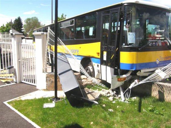 09-05-2012 - LES ABRETS (ISÈRE-NORD) L'autocar rentre dans la caserne de gendarmerie