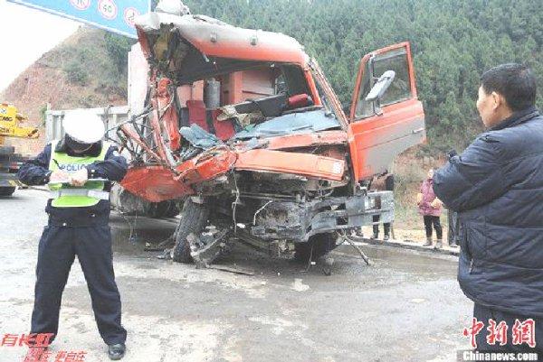 28-12-2012 - Chine - Un accident d'autocar fait sept morts et quatorze blessés dans une collision avec un camion.
