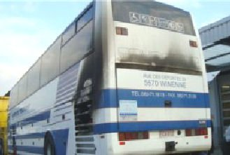 08-01-2013 - SUISSE - Un autocar Belge de Beauraing prend feu sur l'aut A2 à l'entrée du Tunnel du Gothard en Suisse : Les élèves de l' école communale d' Hennuyères sont tous sur les lieux de leurs vacances sains et saufs - Aucun blessé.