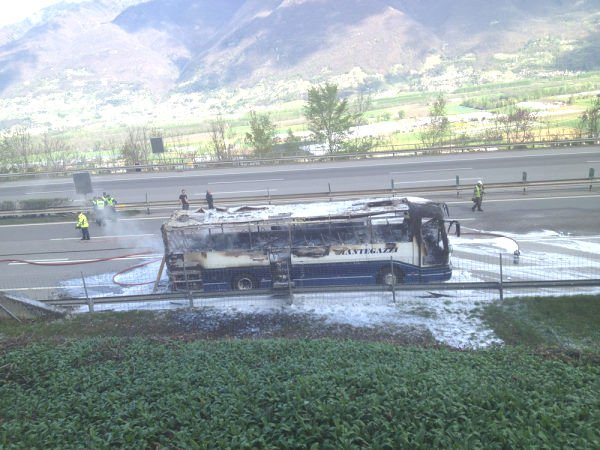 06-04-2012 - Suisse - Un autocar Suisse des Voyages Mantegazzi prend feu sur l'autoroute A2 à l'entrée du Tunnel du Gothard.