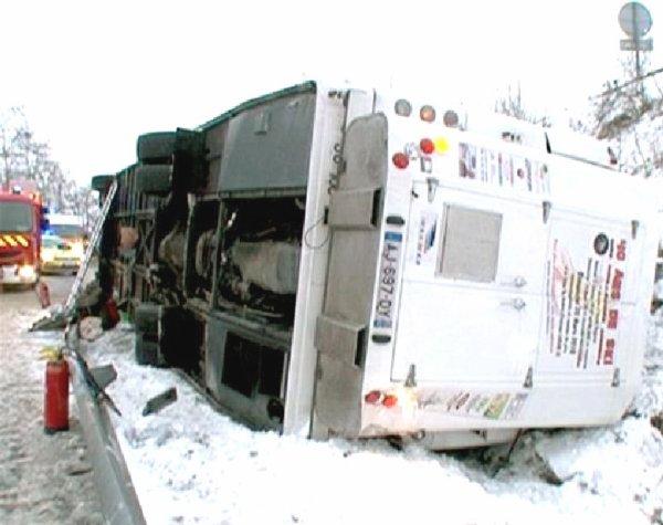"""19-01-2013 - France - Un autocar Russe se retourne à cause du Verglas sur l' aut A 43 à """"Les-Marches"""" en Savoie - 46 passagers, 20 blessés dont 3 dans un état grave."""