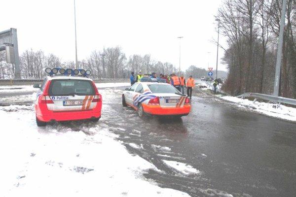 21-01-2013 - Belgique - Flandres - Grave accident d'autocar près de Bruges: trois morts - Un mini-bus quitte la route, percute un camion avant de prendre feu à Loppem sur l'autoroute E40 en direction d'Ostende.
