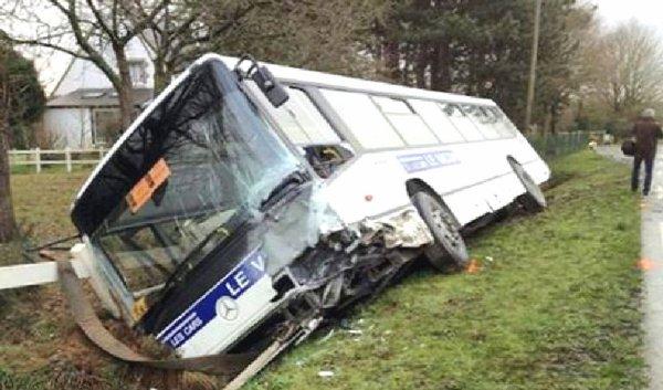 09-02-2013 - France - Finistère (29) - Accident d'un autocar avec une voiture : 2 morts