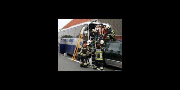 10-06-2007 - Belgique - Côte Belge - Accident d'autocar Anglais - Le car Britannique a percuté une maison qui s'est en partie effondrée