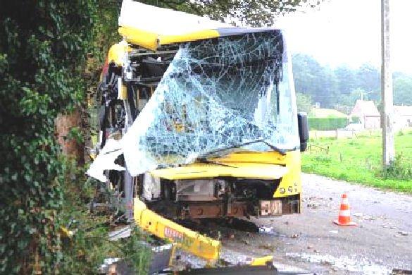 03-09-2012 - Maubray - Antoing - Le bus des TEC s'encastre dans le Pont des Imbéciles à Maubray près de Tournai.