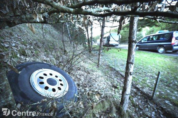 05-03-2013 - France - Yonne - Auxerre - L'autocar de la Société Cars Saint-Marc perd ses roues en transportant des enfants sur la route RD 239 à Escolives.