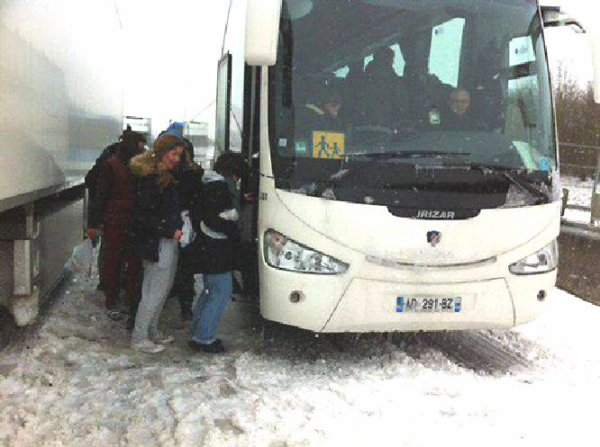 13-03-2013 - France - Bruxelles - Des Autocars belges avec 60 enfants bloqués pendant deux jours sur l'autoroute A 1 & A 2.    Nombreux accidents suite aux mauvaises conditions hivernales.