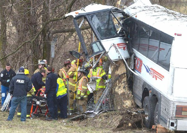 16-03-2013 - Etats Unis - Carlisle -  l'autocar de l'équipe a quitté un échangeur d'autoroute en Pennsylvanie et s'est écrasé contre un arbre, tuant une entraîneuse enceinte, l'enfant qu'elle attendait ainsi que le conducteur