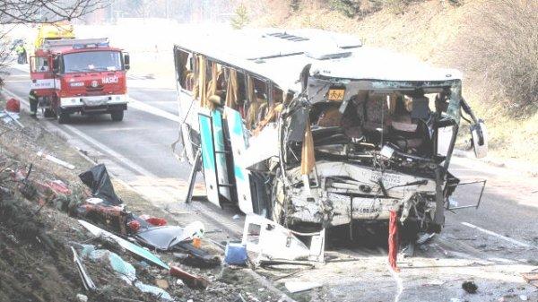 08-04-2013 - France - Tchèquie - Champagne-ardennes - Une jeune fille a trouvé la mort ce lundi dans un accident d'autocar en République tchèque. Il y a 41 blessés dont 5 dans un état grave. Le chauffeur du car décédera suite à ses blessures à l' Hôpital de Plzen (24-04-2013).