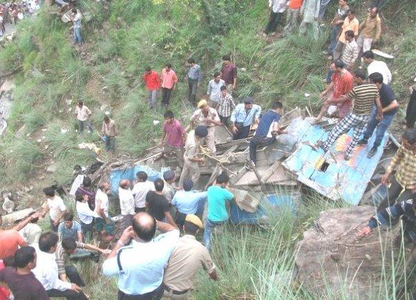 11-08-2012 - Inde - Un autocar surchargé tombe dans un ravin de 76m., Bilan 52 morts et 45 blessés dont 10 dans un état grave.