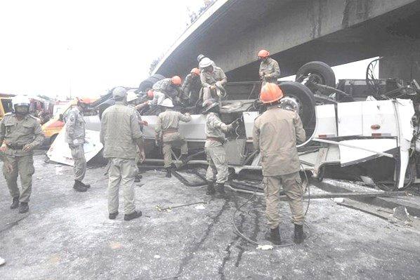 02-04-2013 - Brésil - Rio de Janeiro - Grave accident - Un autocar quitte la route et tombe d'un pont à Rio Plusieurs morts et blessés dans l'accident de bus