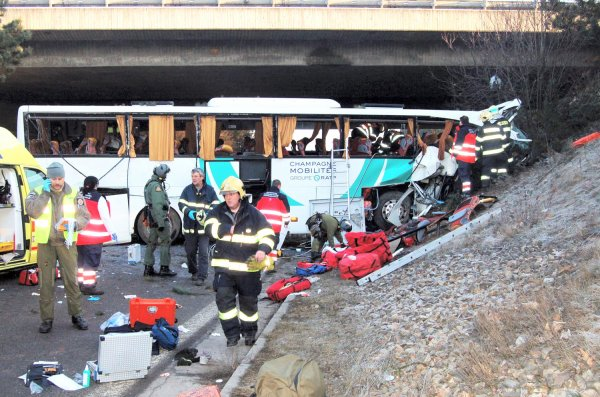 08-04-2013 - Tchequie - Champagne Ardennes - Accident d'un car de collégiens de Reims - Un autocar Francais perd le contrôle, percute le pilier d'un pont, des arbres avant de s'encastrer en contre bas de l'autoroute -