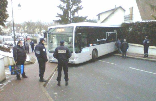 10-04-2013 - France -  Essonne - Vigneux-sur-Seine et Yerres - Le bus sans chauffeur de la Compagnie Garrel et Navarre termine sa course folle dans le salon d'une maison et l'autre dans un jardin. Essonne.