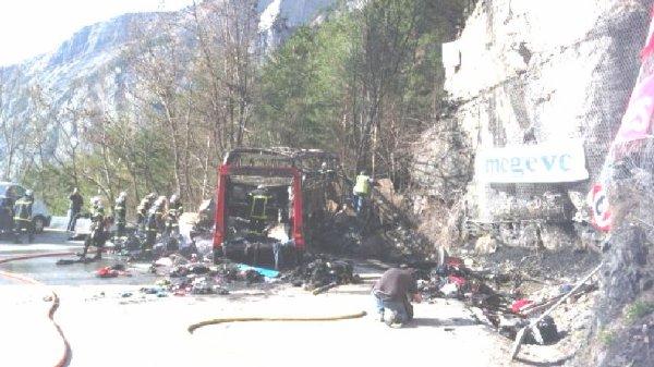 16-04-2013 - France - Isère - Alpe-d'Huez: Le chauffeur a eu un courage remarquable. Son action a permis de sauver ses passagers - Accident mortel d'un autocar Anglais dans la descente de L'Alpe d'Huez. ( Route Napoléon).
