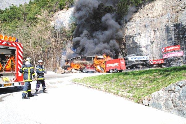 16-04-2013 - France - Isères (38) - Coach Crash en France - Drame à l'Alpe-d'Huez : le chauffeur du car a sauvé des vies .... Aux USA, on en aurait fait un Héro national.