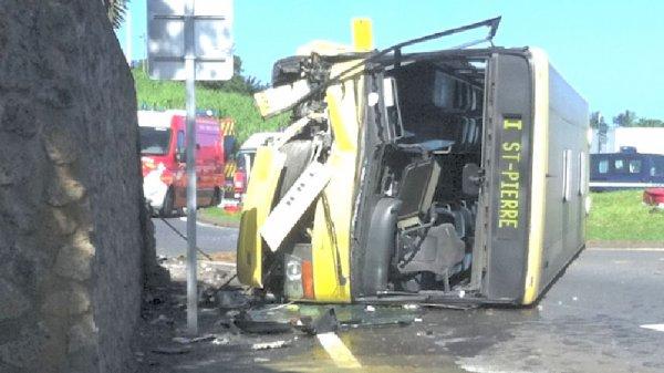 11-04-2013 - Réunion - Accident Autocar - Un bus s'est renversé suite à un malaise du chauffeur sur la commune de Petite-Île. 11 blessés dont deux blessés graves.