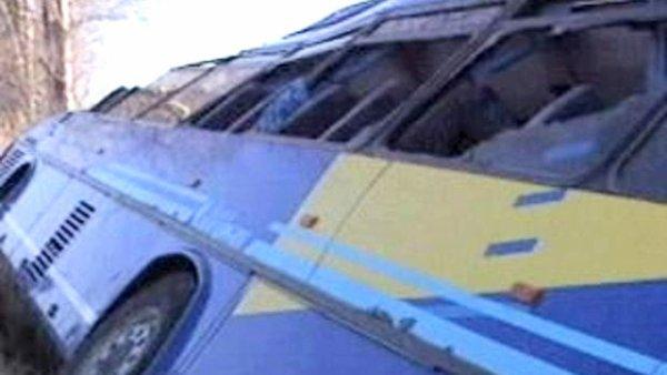 20-01-2006 - France - Bouches-du-Rhône - Arles - Un car de la Société privée Camargue sort de la route et se couche dans le fossé  près d'Arles : 1 mort, le chauffeur décédé d'une crise cardiaque et des blessés