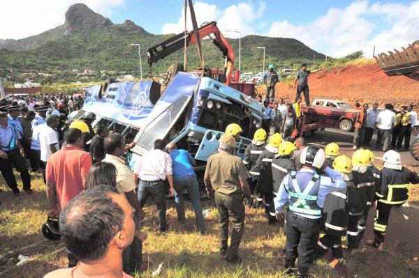 03-05-2013 - Île Maurice - Sorèze - Port Louis - Accident Autocar - Seize morts au virage de Sorèze à Pailles, centre de l' Île Maurice. Grave défaillance des freins.