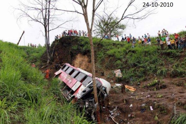 24-12-2010 - Equateur - Mamibi - Un autocar tombe dans un ravin en Equateur: 34 morts et 32 blessés