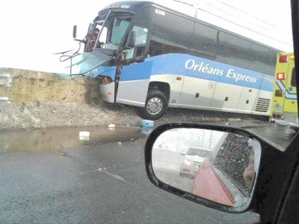 25-03-2013 -  Gaspé - Un autocar d'Orléans Express impliqué dans un accident sur la R132.