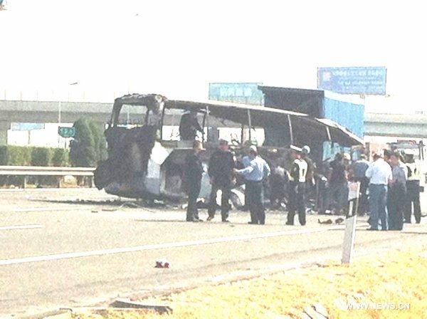 03-10-2012 - Chine - Tragique accident d'autocar - 6 morts et 14 blessés dans l'incendie d'un autocar près de Beijing