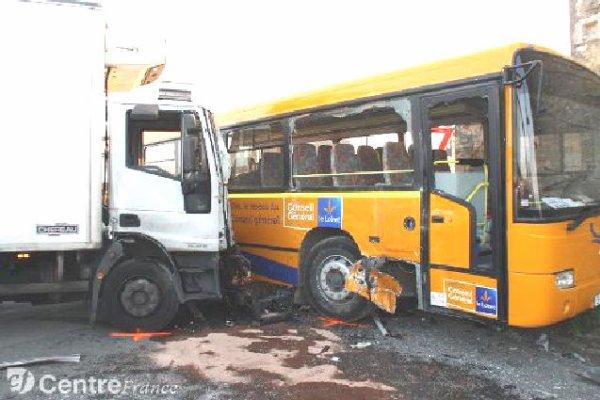 """13-03-2012 - Loiret Beaume-la-Rolande. Accident - Le chauffeur du car ne respecte pas le """"cédez le passage"""" et provoque un accident avec un camion."""