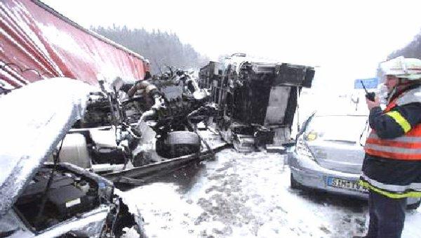 13-02-2010 - Allemagne - Danemarkt - L'autocar arrache les barrières de sécurité de l'autoroute A9 et culbute - 3 danois décédés et plusieurs enfants gravement blessés.