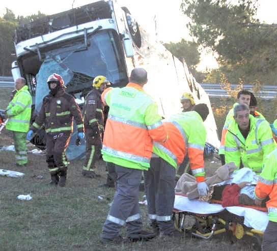 19-10-2009 - Espagne - Un autocar Néerlandais effectue une sortie de route. Un mort et une vingtaine de blessés dans un grave accident de bus en Espagne