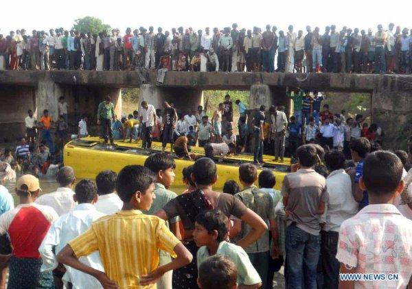 21-03-2012 - Inde - Au moins 14 enfants sont décédés dans un accident d'autocar dans l'Etat du Andhra Pradesh, sud de l'Inde, Le bus scolaire a glissé d'un pont avant de s'écraser dans un canal.