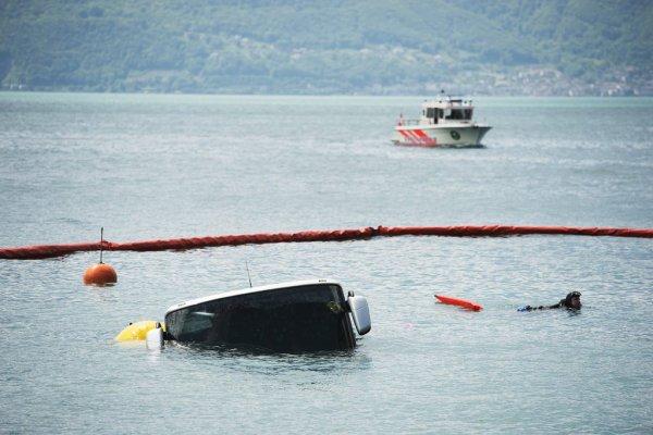 03-06-2013 - Genève - Un autocar venant de Hongrie, stationné à la place du Marché à Vevey (VD), s'est mis en mouvement tout seul et a fini sa course dans le lac Léman.