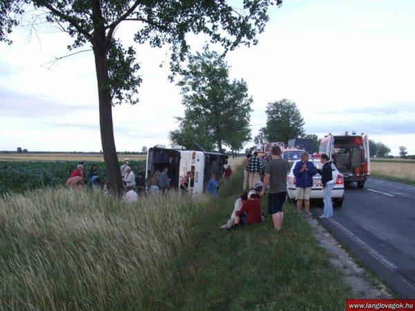 Hongrie - Un autocar quitte sa route et culbute au fossé