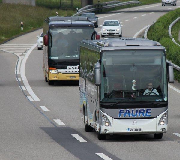 10-06-2013 - Chaponnay  - Un autocar des transports Faure circulait, sur la petite route reliant Chaponnay à Valencin. Une voiture l'a forcé à prendre l'accotement non stabilisé.