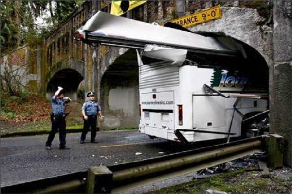18-04-2008 - Le chauffeur du bus qui transportait les joueuses de l'équipe de softball de Garfield High School s'est littéralement encastré dans un tunne