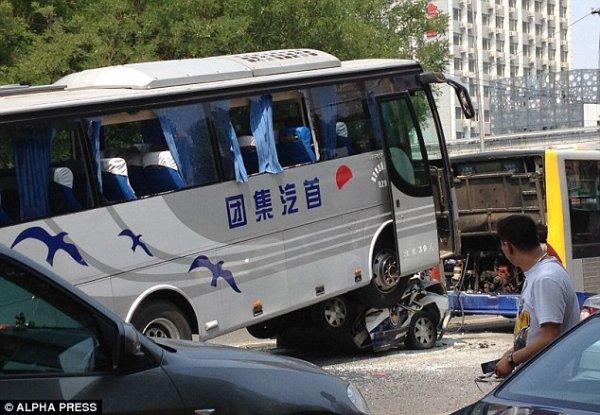 09-06-2012 - Pékin - Chine - Accident Gave Autocar -  Écrasé à mort: le policier a été écrasé dans sa voiture de patrouille qui était coincée sous le bus à la périphérie de Pékin