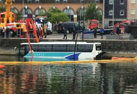 17-06-2013 - France - Honfleur - Un autocar de chez Kéolis tombe dans le port de Honfleur (Calvados) .
