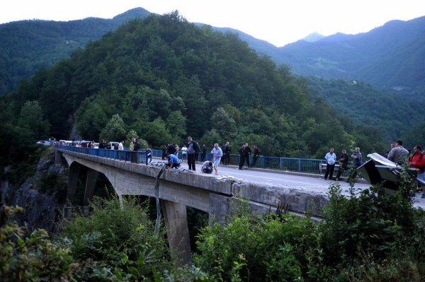 """24-06-2013 - Un accident d'autocar fait 18 morts et 28 blessés au Monténégro: """"Le chauffeur conduisait un peu trop vite"""" Le car a traversé les barrières de sécurité du pont pour se retrouver dans le ravin."""