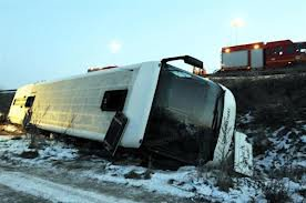 26-01-2013 - Belgique - Vincey - Un Bus venant de Bruxelles  fait une sortie de route sur la RN 57 et culbute en contre bas., 5 blessés. Secours par les Sapeurs Pompiers de  Charmes, Chanovax, Thaon-les-Vosges, Epinal, Girancourt, Mirecourt et Remiremont.