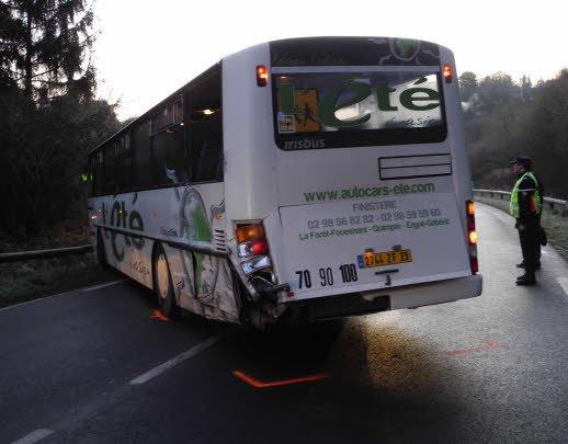 28-01-2012 - CÔTES-D'ARMOR - Verglas - Le bus scolaire percute un fourgon - Une collision entre un car de transport scolaire et un fourgon a fait trois blessés, à LaForêt- Fouesnant.